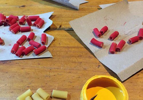 Pintamos los fideos secos con el color de los andariveles.